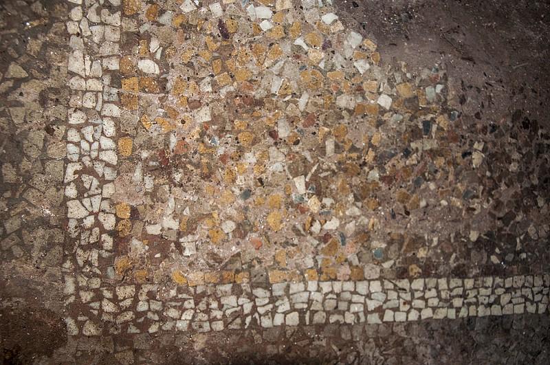 Мозаичный пол. Остался в нескольких местах от хозяев замка.