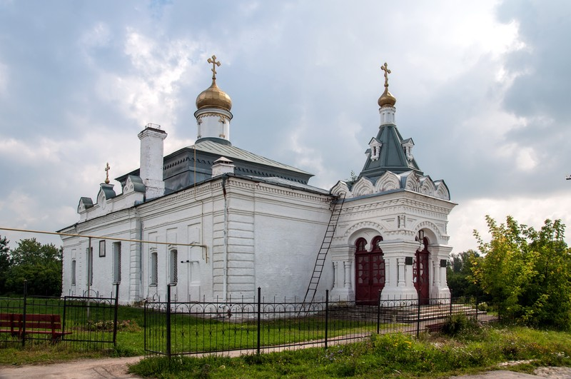 Церковь Димитрия Солунского в Симе. На ней висит памятноя доска, что здесь был похоронет П.И. Багратион. Странно, но в других источниках сказано, что похоронили его в усадебной Богоявленской церкви.
