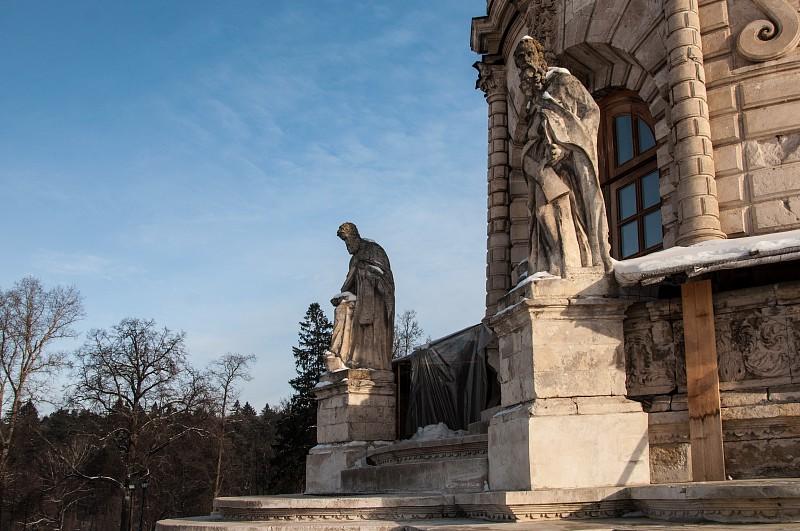Перед входом установлены фигуры святителей: Григория Богослова и Иоанна Златоуста