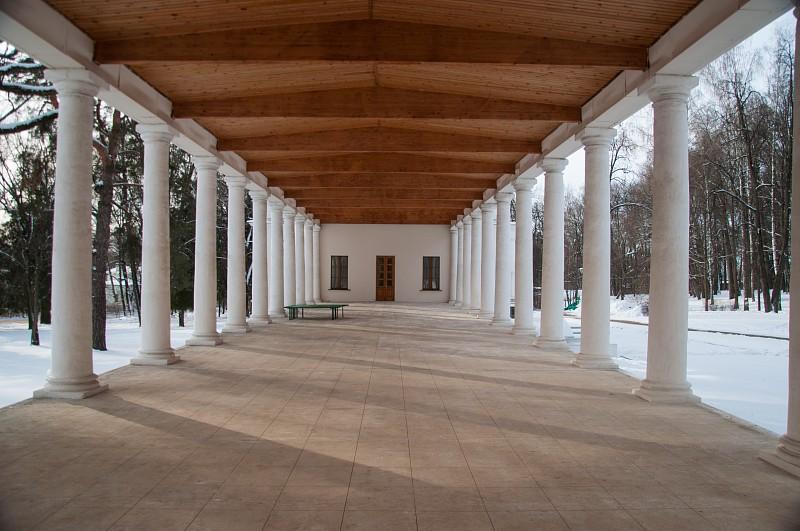 Галерея соединяющая главный дом и флигель.