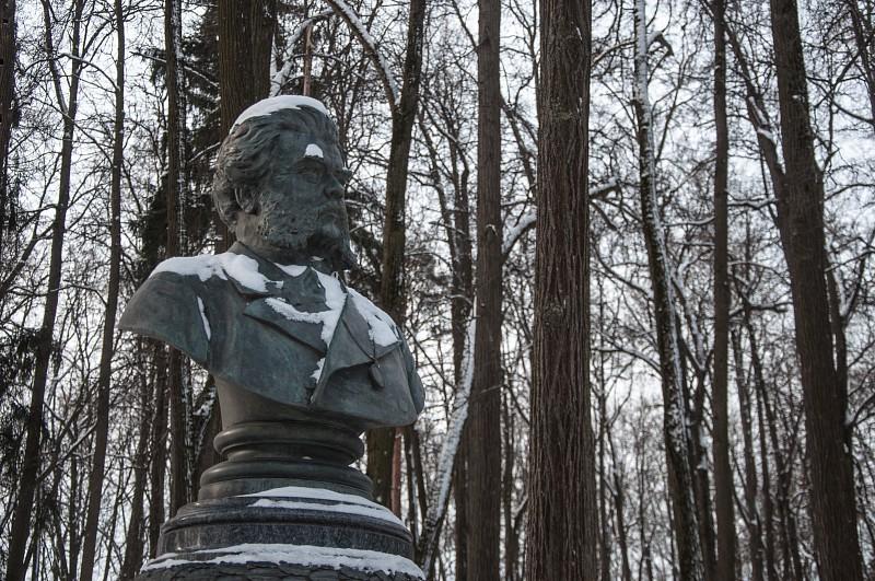 Памятник князю Павлу Петровичу Вяземскому. Установлен графом С.Д. Шереметьевым в 1914 году.