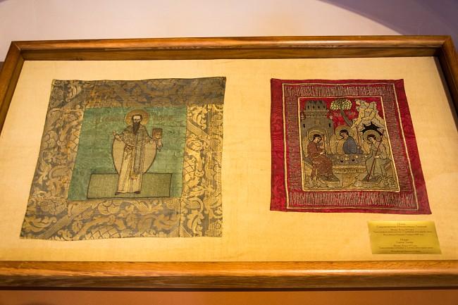 Слева: Подвесная пелена с изображением святителя Ипатия. XVI век. Справа: Подвесная пелена Святая Троица. XVI век. Подношения Д.И. Годунова