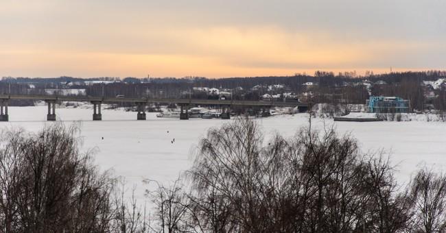 Мост через реку Волга, соединяющий две части города.