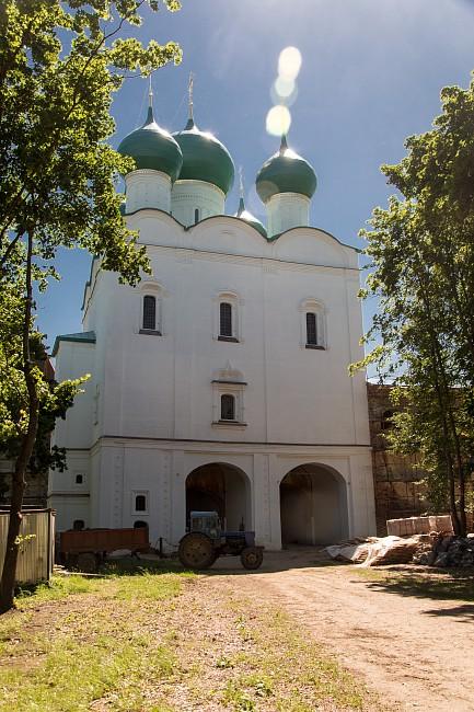 Борисоглебский монастырь. Надвратная Сергиевская церковь.