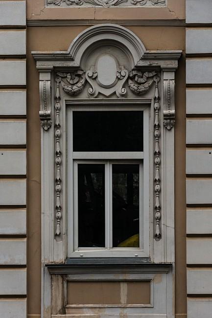 Окно украшенное лепниной