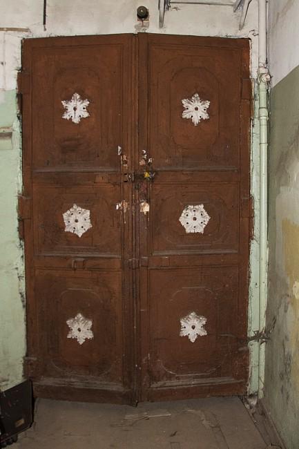 Старинная дверь в подвале